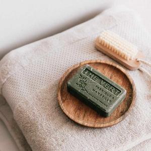 欧風バスルームの石鹸とタオル